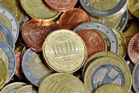 Beaucoup de pièces indiquant le prix prétendu de la consommation responsable