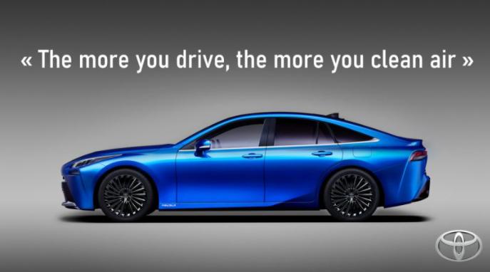 """Il s'agit d'une voiture bleue à hydrogène fabriqué par l'entreprise Toyota. Nous pouvons lire """"Plus vous roulez, plus vous purifiez l'air"""""""