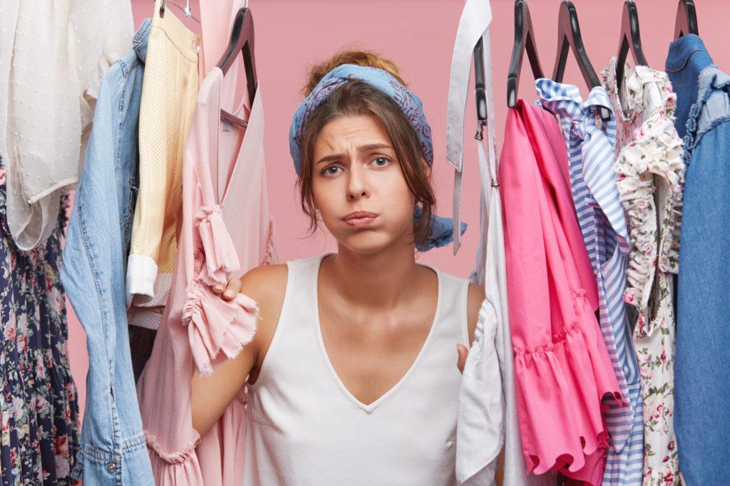 Femme déprimée au milieu de ses vêtements