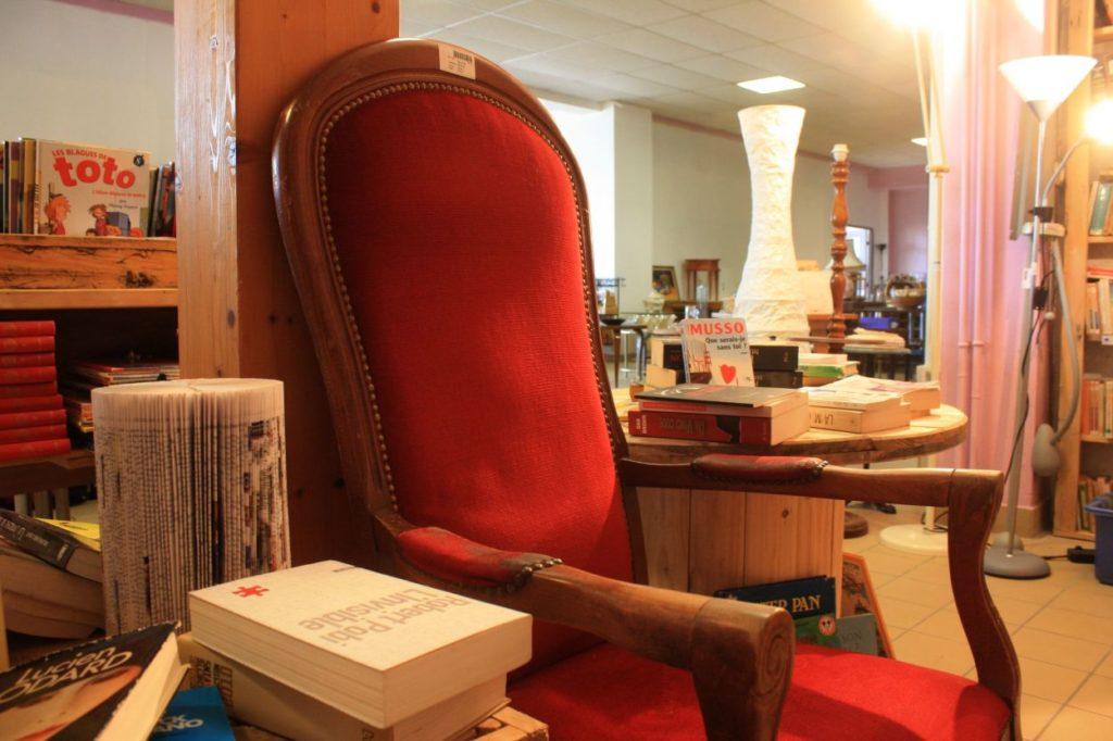 Image de la ressourcerie de Rillieux-la-Pape.  Il y a du mobilier, une table en palette recyclé, des livres, des lampes...