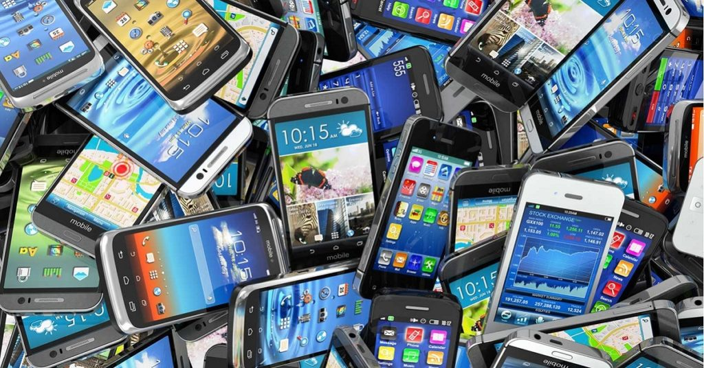 tas de smartphones jetés allumés