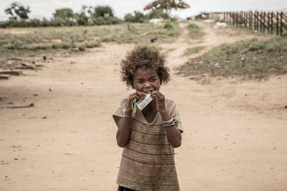 Petite fille malgache qui se nourrit d'argile blanche. La famine conséquence du réchauffement climatique