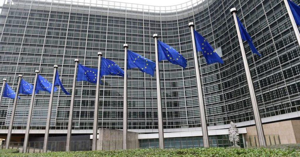 Commission européenne qui décide des propositions de loi