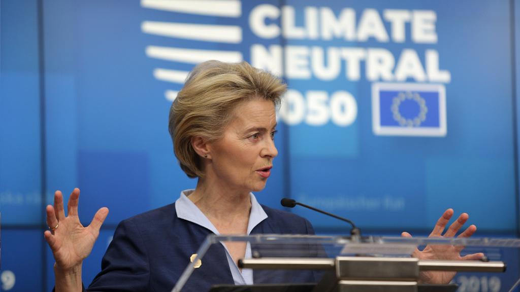 La présentation du Green Deal par la présidente de la commission européenne. En arrière plan, on peut voir l'objectif de neutralité carbone affiché.